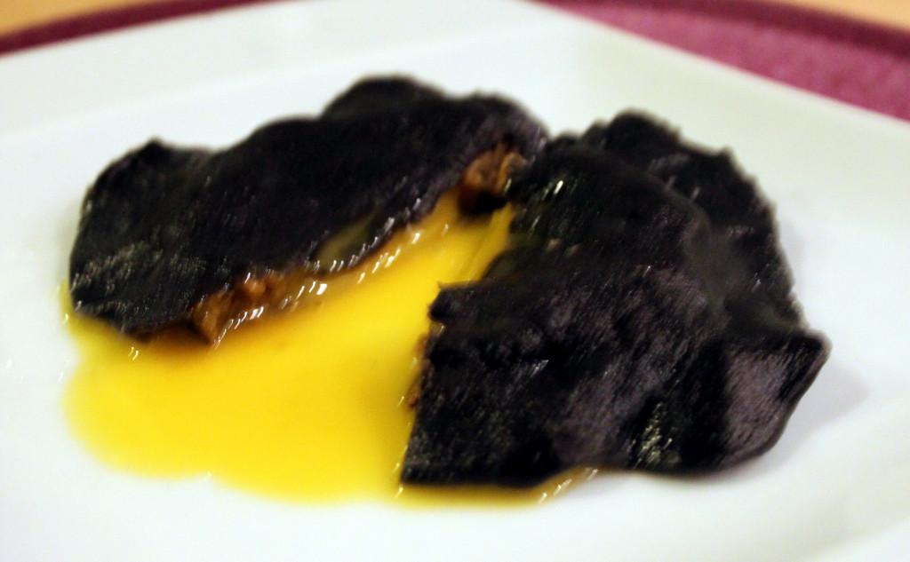 raviloi gotowane z surowym żółtkiem