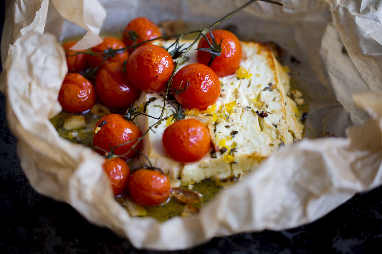 pieczona feta z pomidorami i czosnkiem
