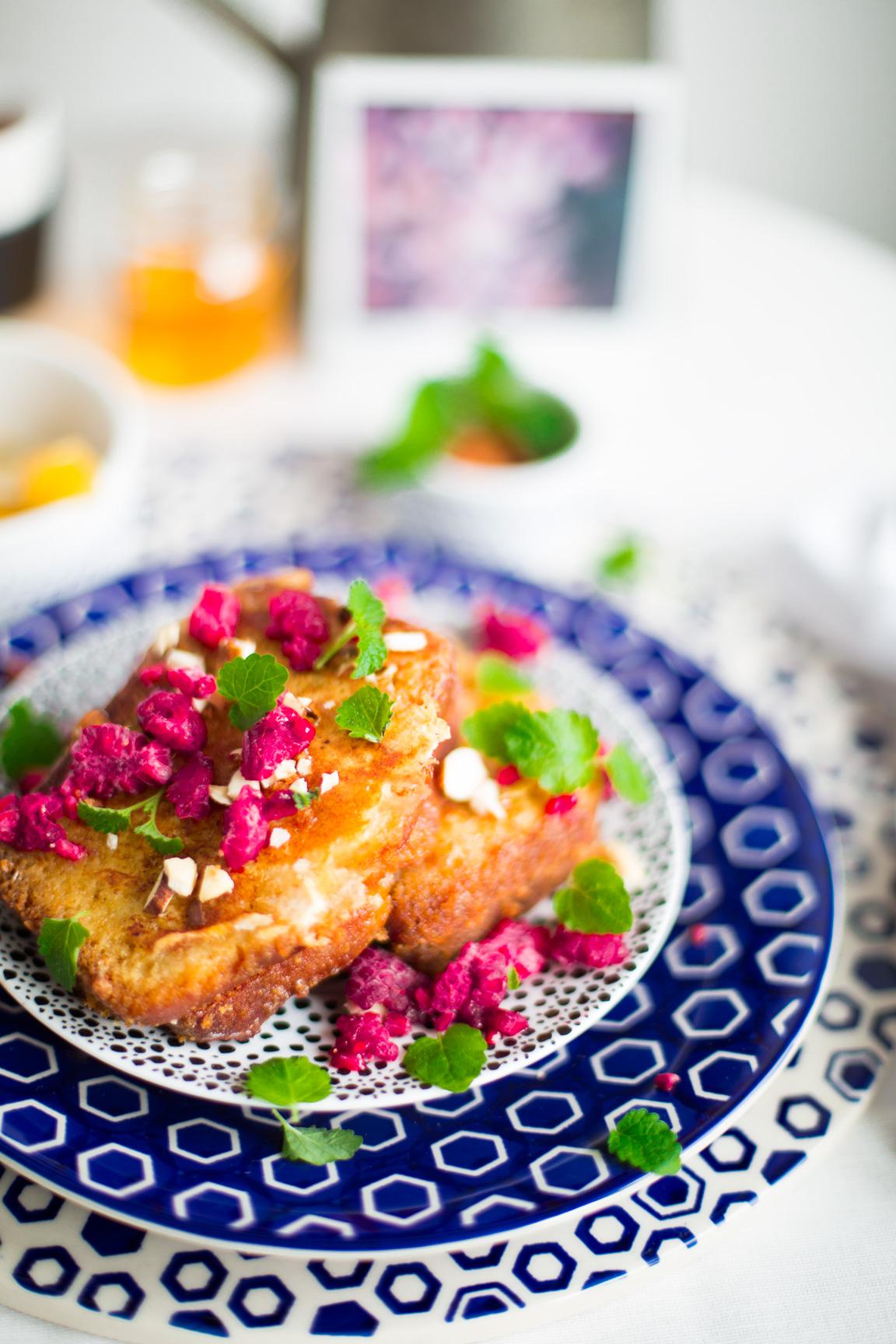 tosty francuskie z owocami i masłem orzechowym