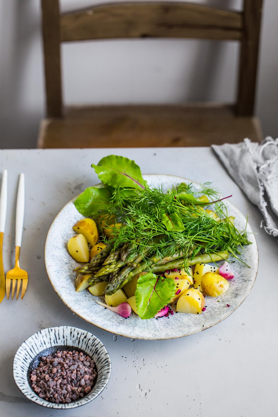Młode warzywa z solą wędzoną