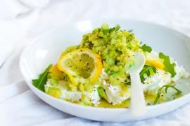 Biały ser z salsa z kiszonych cytryn